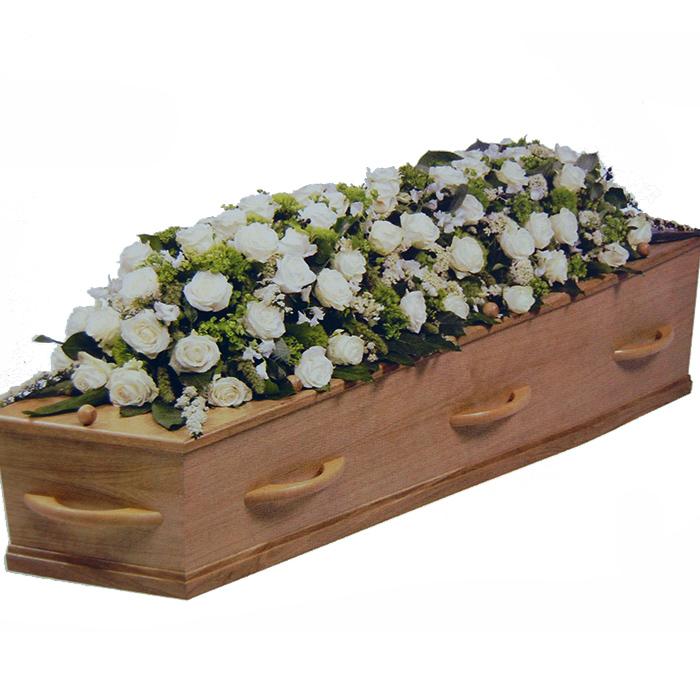 Kistbedekking witte Rozen en andere bloemen