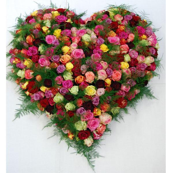 Rouwarrangement hart van gekleurde Rozen